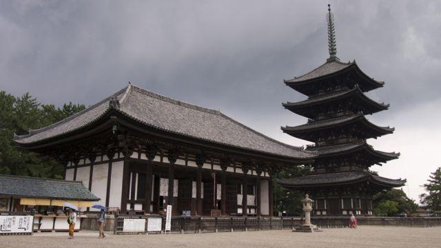 Kofuku-ji, Nara - the rain gathers.